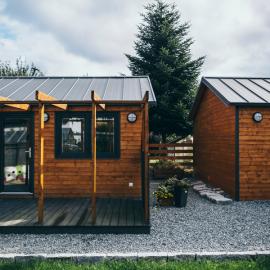 domki-letniskowe-z-elegantem-2.0-na-dachu