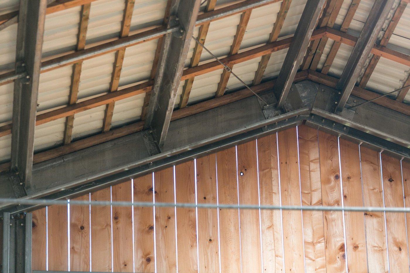 Góra Horse farm: ZET modular building with Spektrum sheet steel roofing UR79