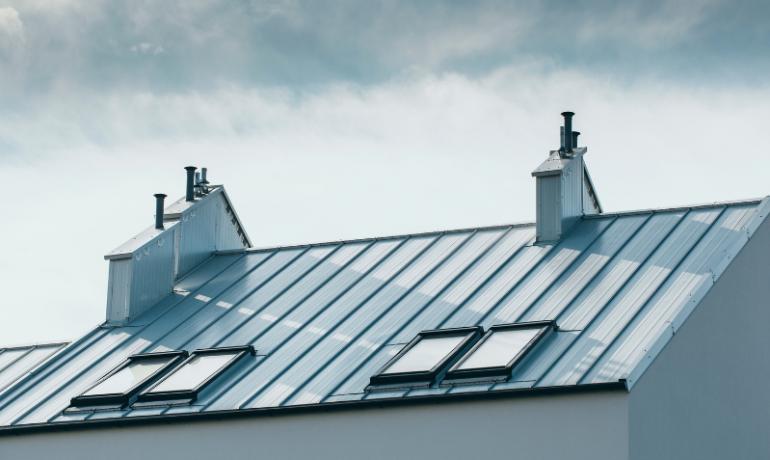 domy-wielorodzinne-z-bialym-panelem-na-dachu-elegant-2.0